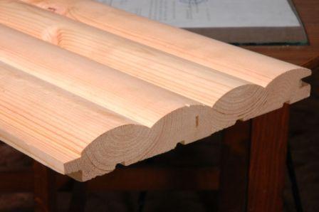 Доски соединяются очень плотно, шип нижней заходит в паз верхней