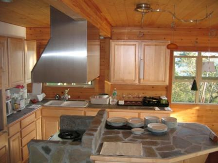 В комнатах с повышенной влажностью древесину рекомендуется покрыть защитными составами