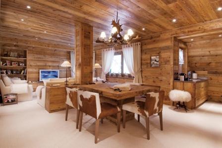 Естественные цвета и текстура дерева создают уютную, домашнюю атмосферу