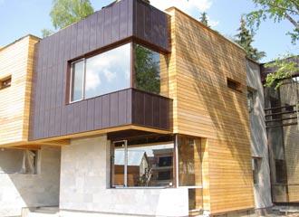 Деревянный фасад – не новинка, но качественное и современное решение, позволяющее уберечь дом от действия влаги