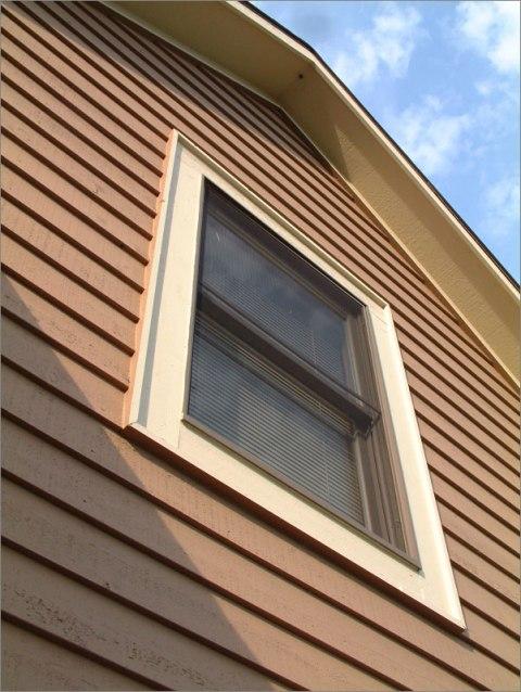 Вентилируемый фасад, выполненный из дерева, может быть одного из двух видов: полноценный или облегченный