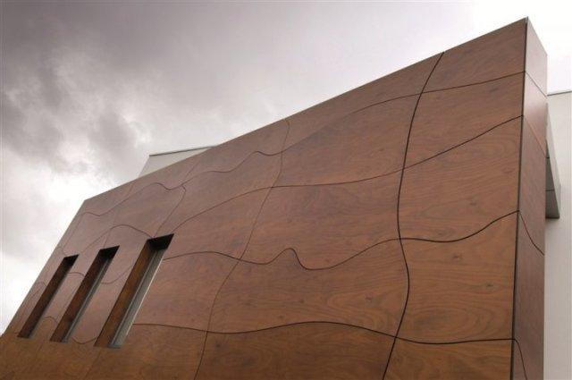 Облицовка деревом производится на совершенно разные поверхности – кирпич, керамзитобетон, оштукатуренный фасад, брус, но только в том случае, если поверхность прочная