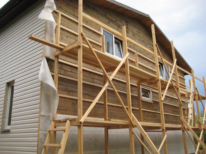 Стандартная обрешётка способствует вентиляции фасада и позволяет избежать волнистости сайдинг-панелей из-за неровности стеновой поверхности
