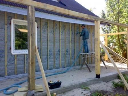 Для защиты дома от морозов эффективнее утеплять стены здания снаружи