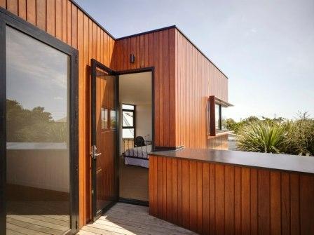 Зазор между наружной стеной здания и обратной стороной деревянной облицовки должен составлять не менее 30 мм