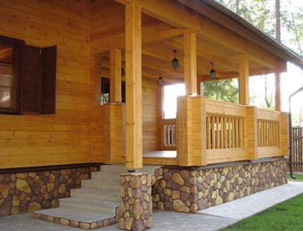 Натуральная древесина в отделке частных домов идеально сочетается с пейзажами живой природы