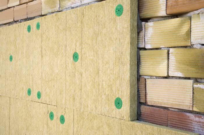 Под штукатурку утеплитель не кладут при наличии на стенах старого покрытия — краски и старой штукатурки. Необходимо убрать масляные жидкости, грязь и пыль