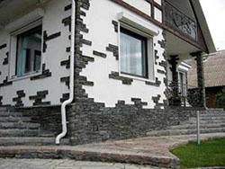Один из наиболее надёжных вариантов отделки домов – использование облицовочной плитки для фасада