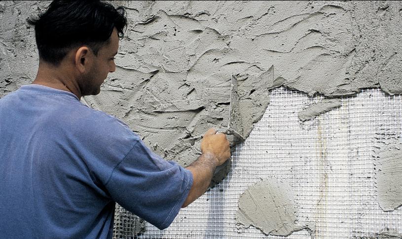 Раствор наносится на подготовленную поверхность при помощи строительного мастерка лёгкими, немного приминающими движениями