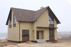 Отделка кирпичного фасада может быть разнообразной: от оштукатуривания до облицовки соответствующим типом кирпича