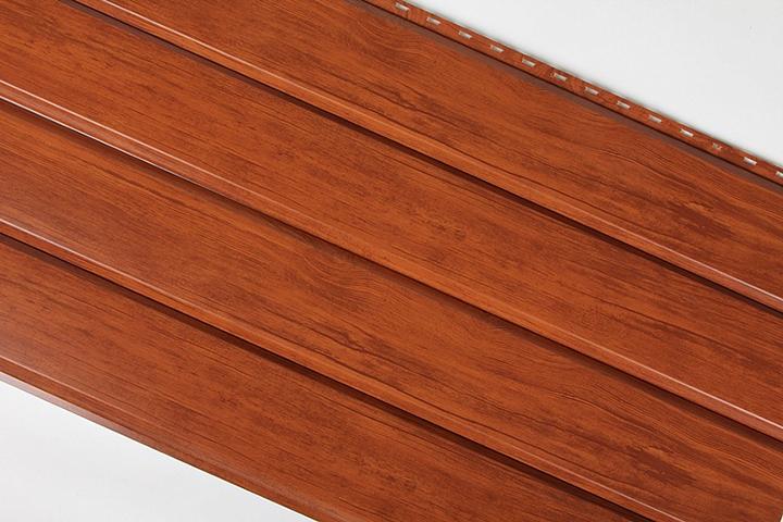 Сайдинговые металлические панели с поверхностью, имитирующей брус, относительно недавно стали реализовываться на территории России