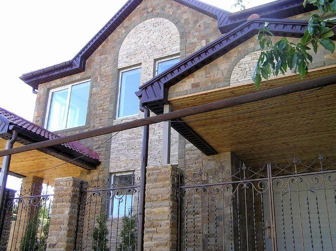 Чтобы сделать фасад дома более оригинальным, можно использовать несколько видов декоративных рустованных камней