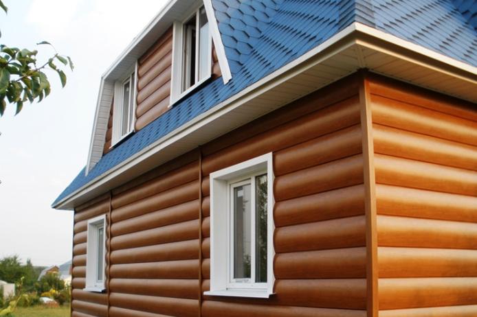 Выполнить самостоятельную отделку здания виниловым блок-хаусом очень легко даже при отсутствии строительных навыков