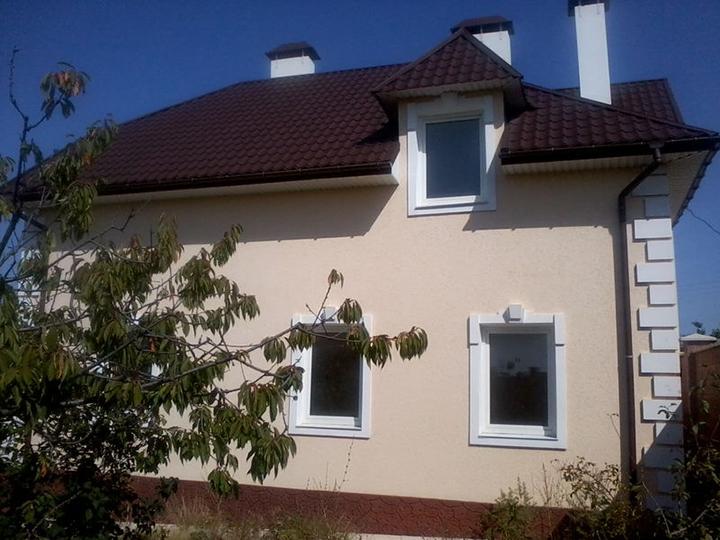 Отделка фасада строения «Короедом» является современным и стильным вариантом оформления фасадной части частных домов и украшения зданий