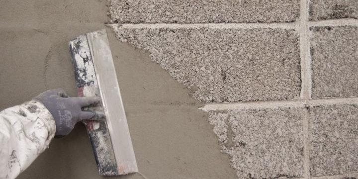 Перед оштукатуриванием ведётся обработка фасадов грунтовкой на силиконовой основе, улучшающей сцепление с раствором