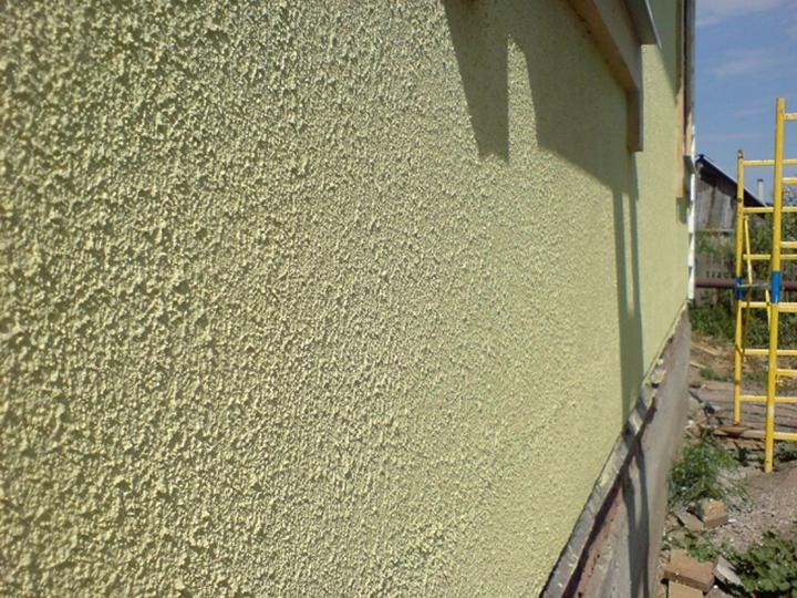 Фасад под акриловой штукатуркой отдает излишки влаги, что снижает вероятность образования сырости внутри помещений от конденсации водяных паров