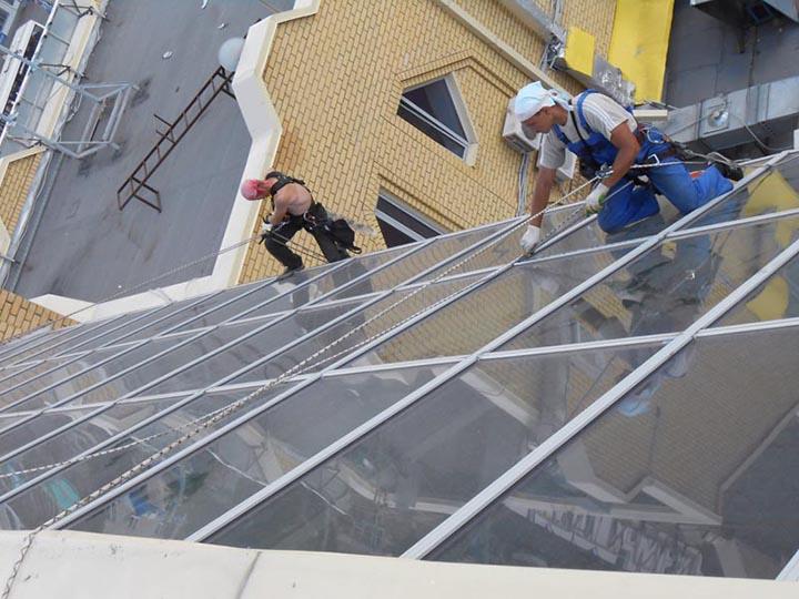 Заменять петли для стеклянных фасадов и проводить другие виды работ могут только специалисты
