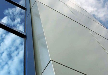 Металлические фасадные панели подчеркивают строгий стиль