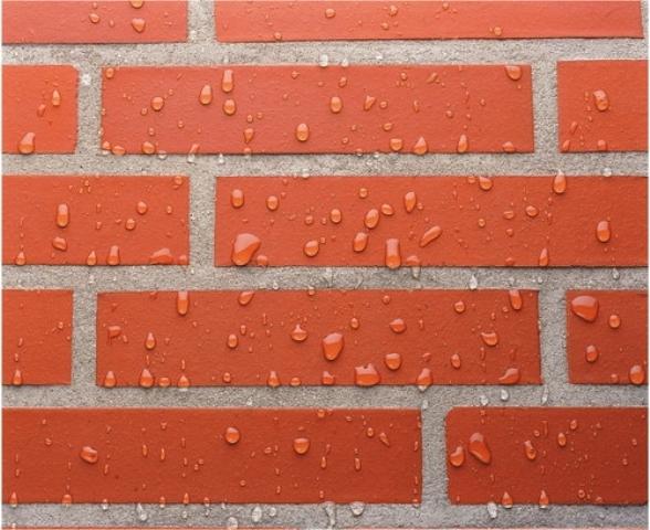 Обработанный спецсоставом фасад не намокает от атмосферной влаги и не загрязняется, его гораздо легче очищать в дальнейшем обычным мытьем