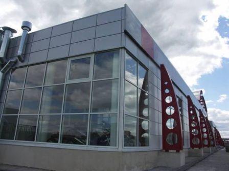 Алюминиевые панели имеют очень малый вес, и не отягощает здание