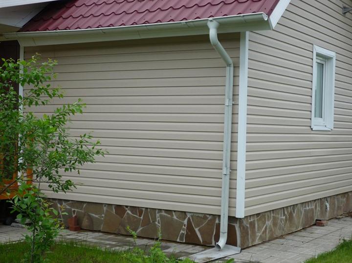 Сайдинг завоевал популярность среди покупателей по причине придания дому после облицовки материалом функциональности и целостности