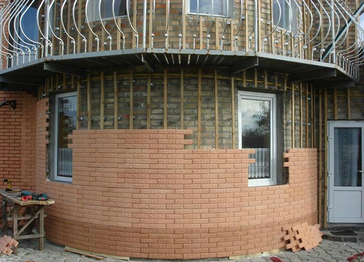 Обшивка кирпичного дома сайдингом может быть выполнена своими руками без установки дополнительных слоёв из гидроизолирующего или утепляющего материала