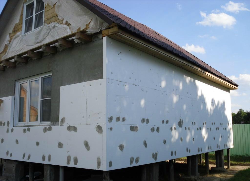 Утепление стеновых поверхностей под сайдинговые панели без каркасного основания является наиболее простым и бюджетным вариантом