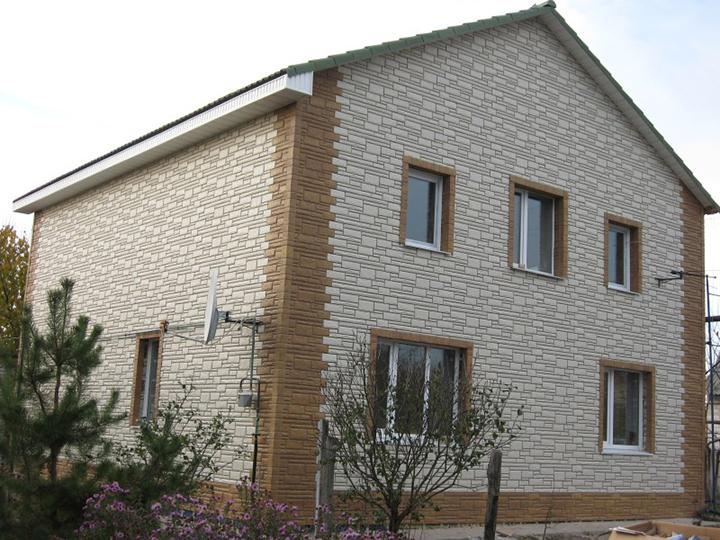 Инструкция, сопровождающая сайдинговые панели, допускает вариант комбинаторности при отделке зданий