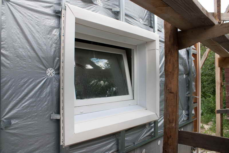 Если проем окна расположен на плоскости стены, то в процессе обшивки зданий сайдингом могут быть задействованы стандартные элементы, называемые наличниками