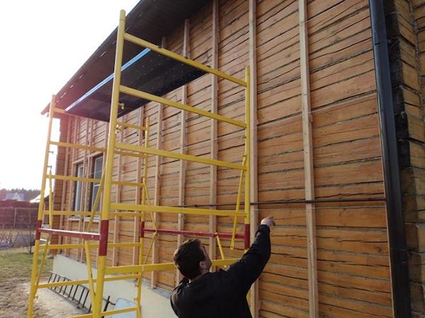 Для деревянных стеновых поверхностей целесообразно сооружать деревянный вариант обрешётки