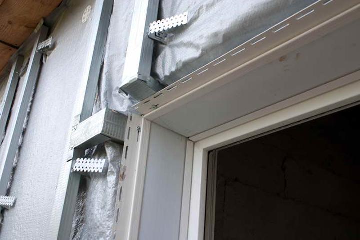 Околооконные планки необходимы для того, чтобы качественно закрыть откосы заглубленных окон