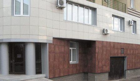Пользуется популярностью облицовка керамогранитом только цокольного этажа