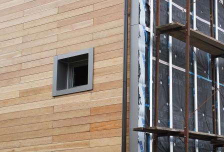 Фасадные панели используют для облицовки, как одноэтажных зданий, так и для многоэтажек