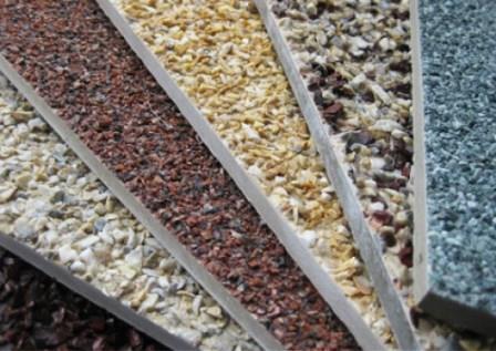 Для имитации натурального камня поверхность плит покрывают каменной крошкой
