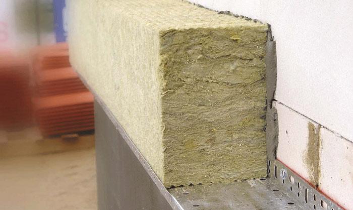 Каменная минвата дополняется гидрофобизатором и связующим веществом, в результате чего материал имеет низкое водяное поглощение и хорошую сопротивляемость огню, что особенно важно для обустройства стены деревянного дома