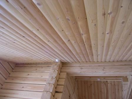 Подшивка потолка проводится аналогичным образом. Короб позволяет спрятать утеплитель и проводку