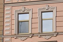 Качественная отделка оконных проёмов на здании способна стать оригинальным украшением фасада