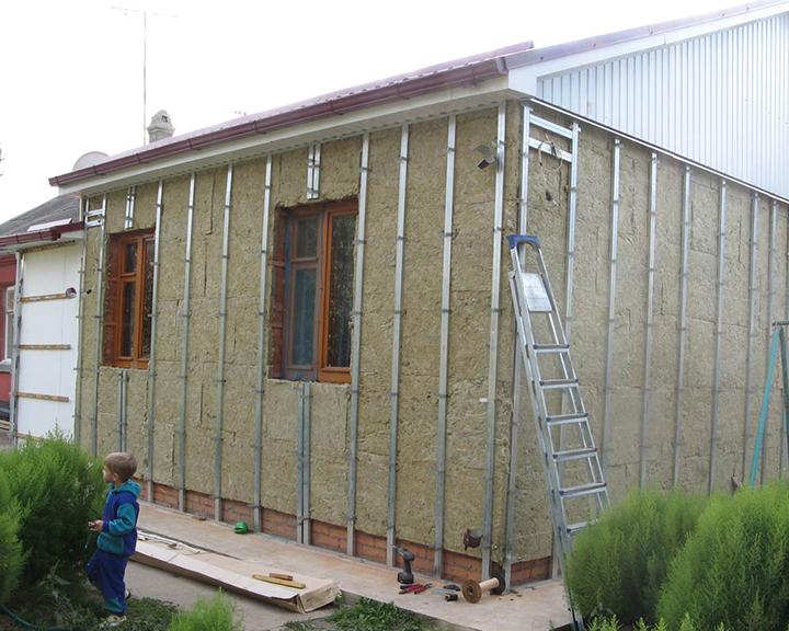 Качественная обрешётка должна быть смонтирована по всему периметру поверхности стен, а также на участках кровельных фронтонов и проёмов окон и дверей