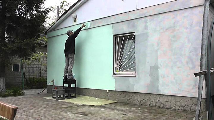 Штукатурка фасада может быть окрашена из пульверизатора, а также при помощи обычного валика