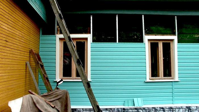 Современный вариант отделки окон при помощи сайдинга может быть выполнен не только при оформлении нового здания, но и в процессе реконструкционных работ