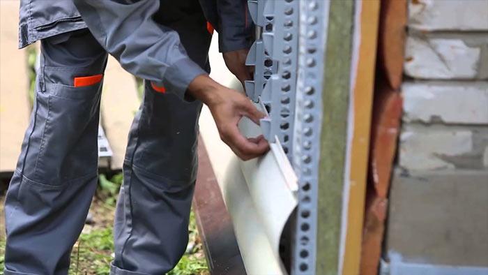 Основной функцией обрешётки является создание опоры, на которую можно будет крепить сайдинговые панели.