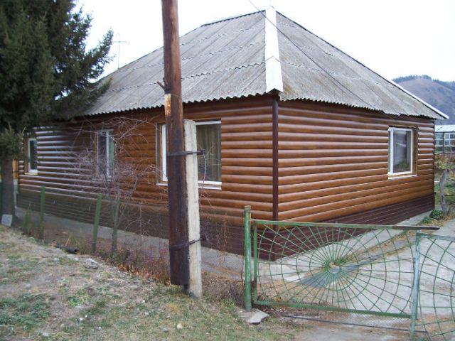 Так как металл имеет высокую теплопроводность, необходимо утеплить стены дома слоем минеральной ваты, пенополиуретана или другого материала