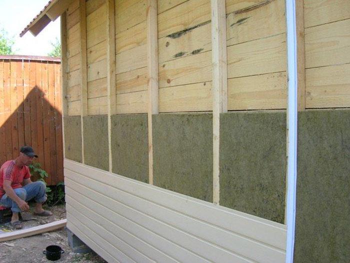 Утепление деревянного дома может быть выполнено на основе обрешётки из пиломатериала. Весь задействованный в работе пиломатериал должен быть обработан качественными антисептиками