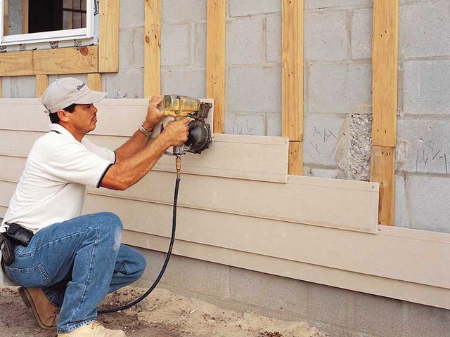 Горизонтальный монтаж фасадного сайдинга требует вертикального расположения элементов конструкции