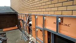 Следует строго соблюдать требования по выполнению крепления цокольных сайдинговых панелей