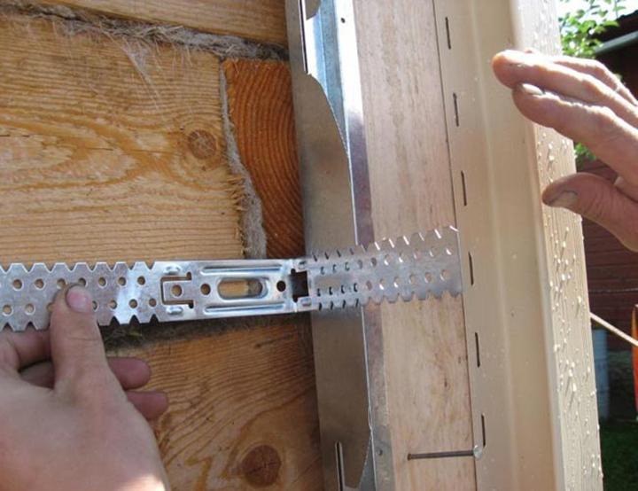 Виниловый сайдинг «Sayga» монтируют на обрешётку, выполненную из деревянных брусков и металлического профиля