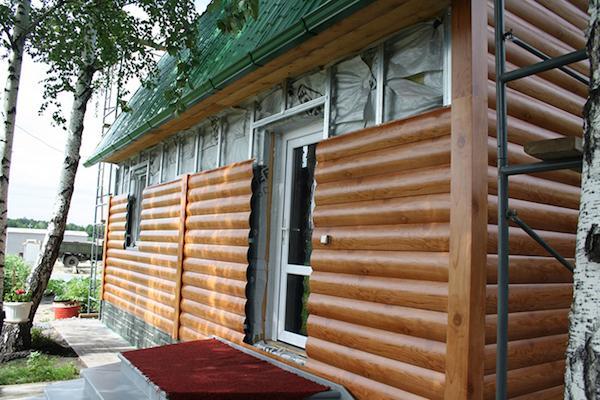 Безусловно, брусовой сайдинг может монтироваться на любой вид фасада, однако имитация бруса приобретает актуальность при облицовке домов из древесины