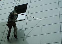 Качественное мытье фасадов способствует сохранению хорошего внешнего вида строения