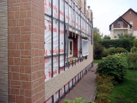 Монтируются фасадные панели на подсистему, крепеж надежный и долговечный