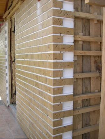 Фасадные панели также можно монтировать и на деревянный каркас